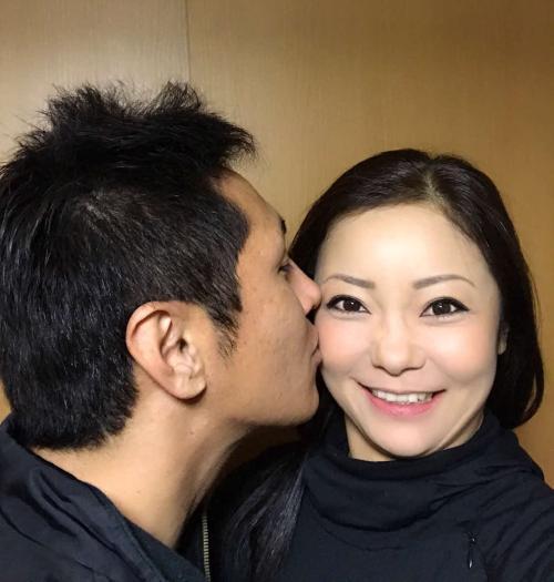 実業家の男性(左)と結婚した三塚は、キスをされて笑顔を見せる